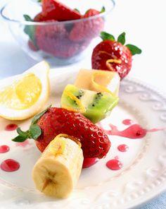 Brocheta de frutas. En esta receta a base de plátano, fresas y kiwi. Fácil y sabroso, un postre apetitoso.