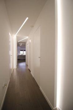 Foto di ingresso, corridoio & scale in stile in stile minimalista ...