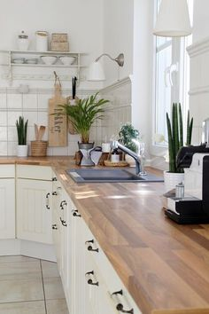 weiße Küche Holzaccessoires Pflanzen Wohnen Interior Kitchen