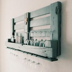 Weinregal aus Paletten Pallet ✅ Wine rack aus Cabinet ideas ✅ Wine ✅ Shelf made of pallets ✅ Decoration Ideas ✅ Home beautify ✅ Furniture . Diy Furniture On A Budget, Small Furniture, Upcycled Furniture, Pallet Furniture, Furniture Making, Diy Living Room Decor, Diy Home Decor, Vin Palette, Pallet Building