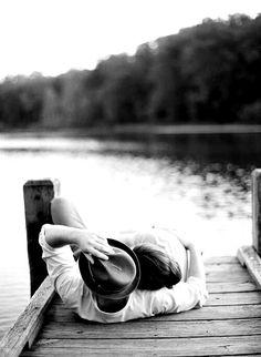 """C'era una volta  una donna da amare più forte del vento che soffia  su questo molo sdraiato nel mare.  (Roberto Uberti, da """"Urgimi addosso"""")"""