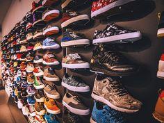 Allike Concept und Sneaker Store  Auf 150 Quadratmetern lassen sich hier im puristischen Ambiente neue Lieblingssneakers ergattern. Ob poppig-bunt oder reinweiß: Über 200 Modelle mit limitierten Sneaker Accounts bekannter Marken wie Adidas, Nike, New Balance oder Vans machen den Store zu einem Muss für Sneaker-Fans. Der Laden befindet sich in einem unscheinbaren Hinterhof zwischen der Reeperbahn und Altona in einem ehemaligen Fotostudio.