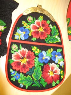 ElaKnit: More påsöm from Dala Floda Swedish Embroidery, Folklore, So Little Time, Pot Holders, Apron, Fantasy, Crafts, Manualidades, Hot Pads