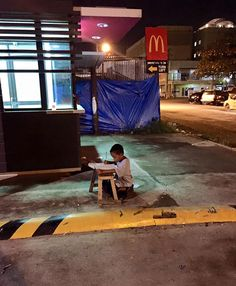 Homeless Boy Does His Homework Using The Light From A Local Mcdonald's We Are The World, Change The World, Kids Study, Study Hard, Work Hard, Boys Life, Do Homework, Motivational Pictures, Medical Students