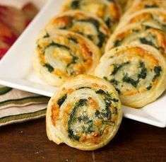 Muenster and Spinach Pinwheels Bladerdeeghapje met spinazie en kaas Ww Recipes, Cooking Recipes, Tapas Recipes, Quiche Recipes, Recipies, Healthy Recipes, Good Food, Yummy Food, Snacks Für Party