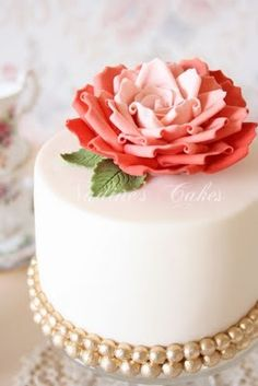 Pastel de bodas simple decorado con una flor de azúcar