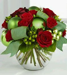 Christmas Floral Arrangement / Recreate for holiday centerpieces Christmas Flower Arrangements, Holiday Centerpieces, Christmas Flowers, Christmas Tablescapes, Christmas Table Decorations, Green Christmas, Floral Arrangements, Christmas Holidays, Christmas Crafts