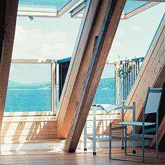 Fermée, la fenêtre balcon ressemble à une grande fenêtre de toit. Il suffit de l'ouvrir pour profiter du paysage, comme sur un balcon. Velux.