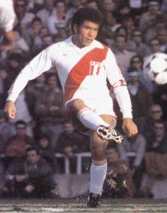 Hector Chumpitaz es el capitán de la selección peruana por excelencia en mérito a su más quedestacadatrayectoria con la camiseta blanquirroja  Copa América: 1 (1975) Mundial: 2 (1970 y 1978)