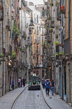 Las calles de Girona representan esas de Italia. Los edificios están altísimos y los pasillos son muy estrechos. Muchas ciudades en Cataluña tienen calles como así.