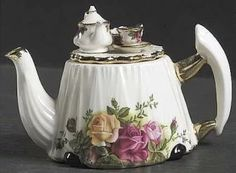 ~ Victorian Tea Table With Lid in the Old Country Roses pattern by Royal Albert China . Royal Albert, Tea Cup Saucer, Tea Cups, Teapots Unique, Teapots And Cups, My Cup Of Tea, Tea Service, Chocolate Pots, China Patterns