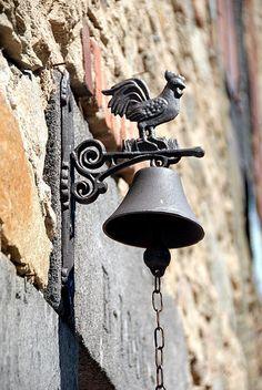 Abbatiale St-André de Valaudieu (Haute-Loire) - région Auvergne - la cloche Cloche, Decorative Bells, Roman, Home Decor, Home Decor Ideas, Decorating Ideas, Houses, Auvergne, Decoration Home