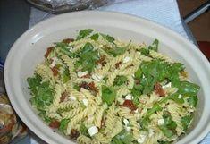 Pastasalade met gedroogde tomaten, rucola, feta en pijnboompitten. Lekker!