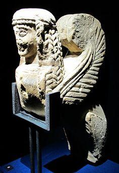 File:Statua di sfinge in pietra fetida, VI sec ac, da chianciano, necropoli della pedata (MAN firenze).JPG