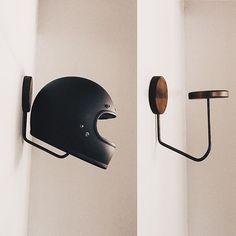 Fitted hat rack ideas For Boys Fedora hat hanger Horseshoe ideas Vintage hat she. Diy Hooks, Deco Design, Motorbikes, Diy Furniture, Farmhouse Furniture, Furniture Plans, Wood Projects, Wall Lights, House Design