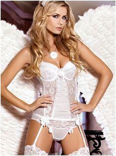 A lingerie de casamento  não é apenas uma peça bonita e sensual para a noite de núpcias. Ela desempenha um papel importante como base para o vestido de noiva, por isso, a cor branca é a preferida.