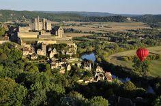En el corazón del Perigord Negro, aferrado a uno de los acantilados que bordean el río Dordoña, está el pueblo de Beynac-et-Cazenac. Su castillo, del siglo XIII, jugó un importante papel en la Guerra de los Cien Años.