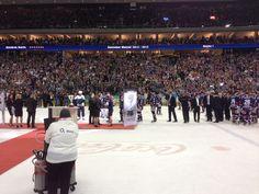 Das Team der Eisbären Berlin erhält nach und nach die Goldmedaillen...
