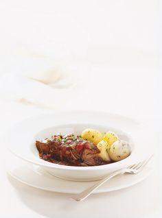 Recette de boeuf braisé au vin rouge. Cette recette est parfaite pour une cuisson à la mijoteuse. 4 à 8 portions. Temps de préparation: 15 minutes. Cuisson: 4 h 15.