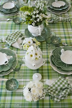 Patrick's Day Table with Inspiration from an Irish Blessing St. Patrick's Day Table with Inspiration from an Irish Blessing St Patrick's Day Decorations, Decoration Table, Green Plates, Style Deco, Beautiful Table Settings, Boho Home, Irish Blessing, Saint Patrick, Holiday Tables