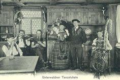 Das Kleid der Heimat an der (inszenierten) Stubete: Unterwaldner Trachtenpaar in Tanzpose, Postkarte, um 1925 © Staatsarchiv Nidwalden, Stans Pose, Painting, Swiss Guard, Archive, Postcards, Textiles, Painting Art, Paintings, Paint