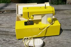 Toy Sewing Machine - had one of these and sewed with my grandma Sewing Box, Sewing Tools, Love Sewing, Sewing Notions, Sewing Hacks, Brother Sewing Machines, Antique Sewing Machines, Retro Crafts, Wonderful Machine