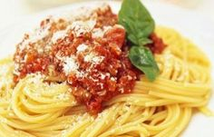 De bolognesesaus vindt zijn afkomst in het Italiaanse plaatsje Bologna. De bolognesesaus is in tegenstelling tot andere pastasauzen zeer rijk gevuld. De vaste ingrediënten van een traditionele bolognesesaus zijn; rundergehakt, ui, bleekselderij, pancetta...