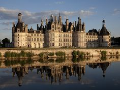 Château Chambord, France Ce château a été commandé par François 1er. Il garde des éléments du château féodal : 4 tours, chemins de ronde. Il nécessite l'emploi de 2000 ouvriers et artisans pendant 30 ans.