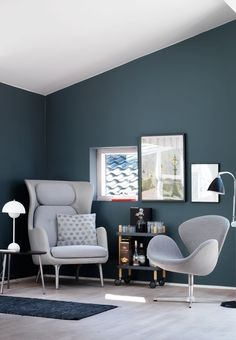 Small and modern reading corner in the living room featuring armchairs from Fritz Hansen.