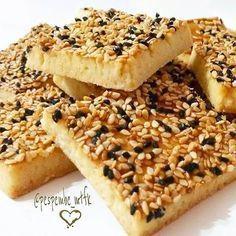Tuzlu Susamlı Çörek Otlu Kurabiye Malzemeler: ✔125 gr oda sıcaklığında iyice yumuşamış tereyağı ✔Yarım kahve fincanı sıvıyağ ✔3 çorba kaşığı süt ✔1 çorba kaşığı sirke ✔1 adet yumurta(sarısı içine beyazı dışına) ✔1 çay kaşığı tuz ✔1 çorba kaşığı toz şeker ✔1 çay kaşığı kabartma tozu ✔Aldığı kadar un Hazırlanışı: Tereyağı, sıvıyağ, süt, yumurta ve sirkeyi karıştırın.Üzerine biraz un ilave edin, unun üzerine tuz,şeker ve kabartma tozunu serpin. Azar azar un ilavesiyle ele yapışmayan bir h...