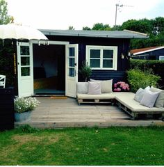 Mørkt, men ok fattigmandsløsning Small Buildings, Garden Buildings, Outdoor Spaces, Outdoor Living, Outdoor Decor, House Cladding, Summer Cabins, Porch And Balcony, Cozy Cottage
