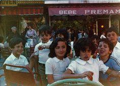 """Esta foto es de los años 80 de la terraza de Docamar. Nos la envía Esperanza Ramiro, que sale posando de niña con sus primos entre las mesas y sillas de hierro que había entonces.  Su padre Tanis tenía una carnicería en el mercado de Quintana y son clientes de la casa desde que abrimos hace cincuenta años. También son parte de la """"familia Docamar""""."""