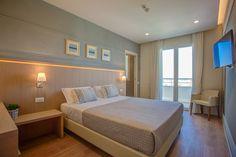 arredi di design, camera con vetrata panoramica, vista spettacolare fronte mare all'ultimo piano dell'hotel