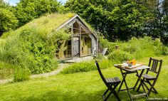 Green Roofs Everywhere. Living roof cabin at Ecolodge La Belle Verte, Saint-M'herve, France. Casa Viking, Viking House, Glamping, Green Roof System, Interior Design Pictures, Living Roofs, Mountain Homes, House In The Woods, Art And Architecture