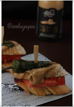 Pincho de salsa de cabrales, solomillo de pavo, pimiento del padrón y tomate