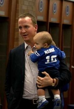 Peyton Manning and his son Marshall Manning. Do you suppose the colleges and agents have already lined up for this boy? Denver Broncos Football, Go Broncos, Broncos Fans, Football Baby, Football Season, Football Players, Marshall, Sports Figures, Peyton Manning