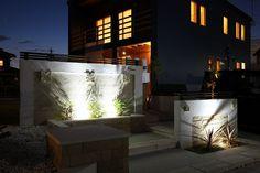 昼と夜、表情を変えるエントランス。住宅とマッチしたアジアンリゾートを感じさせる空間。 #lightingmeister #pinterest #gardenlighting #outdoorlighting #exterior #garden #light #house #home #day #night #entrance #asianresort #resort #昼 #夜 #エントランス #玄関 #アジアンリゾート #リゾート #家 Instagram https://instagram.com/lightingmeister/ Facebook https://www.facebook.com/LightingMeister