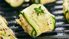 Diese leichten Zucchini-Ziegenkäse-Päckchen machen richtig Lust auf Grillen. Und wer sagt, dass auf dem heißen Rost nur Fleisch und Würstchen landen müssen? Probieren Sie unser vegetarisches Low-Carb-Rezept!