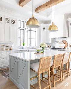 Kitchen decor and kitchen inspiration for all of your dream kitchen needs. Modern kitchen idea at its finest. Modern Farmhouse Kitchens, Home Kitchens, Beach House Kitchens, Coastal Kitchens, Coastal Farmhouse, White Coastal Kitchen, Gold Kitchen, Country Kitchen, Kitchen Modern