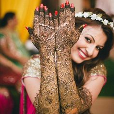 Best hand mehendi ideas for the wedding bride. Mehendi Photography, Indian Wedding Couple Photography, Bride Photography, Indian Bridal Photos, Indian Wedding Poses, Mehndi Ceremony, Henna, Wedding Mehndi Designs, Bridal Photoshoot