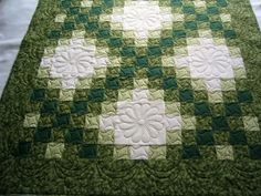 Another way to quilt an irish chain~ Beautiful color pattern! Celtic Quilt, Longarm Quilting, Free Motion Quilting, Quilt Block Patterns, Quilt Blocks, Irish Chain Quilt, Bargello Quilts, Green Quilt, Machine Quilting Designs