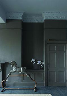 La peinture grise pour unifier murs et boiseries - Peinture : la couleur foncée n'est pas triste ! - CôtéMaison.fr