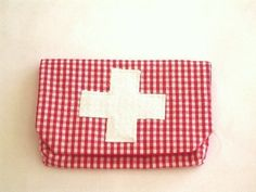 Erste-Hilfe-Tasche für unterwegs!      Jeder der mit Kindern unterwegs ist, weiß wie hilfreich und tröstend ein Pflaster sein kann.      Hier eine ...