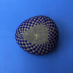 The stone has been created with acrylic paint and protected with matt final varnish. The surface of the stone was so smooth that the points could be painted directly on the stone. The surface of the stone can still be seen between the points. The diameter of the stone is about 7.5 cm and