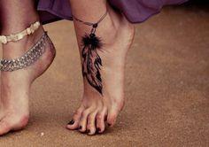 Tatouage plume au pied
