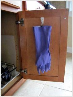 Вешалка для перчаток на дверце шкафчика.