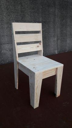 - Cadeiras e bancos in 2020 Pallet Chair, Wood Pallet Furniture, Diy Outdoor Furniture, Diy Chair, Woodworking Furniture, Rustic Furniture, Diy Furniture Building, Furniture Projects, Wooden Pallet Projects