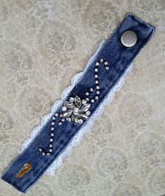 Denim-Manschettenarmband, Upcycled-Jeans, recycelter Schmuck, Strass-Armreif, Upcycled ... Denim Bracelet, Fabric Bracelets, Fabric Jewelry, Beaded Bracelets, Bangle Bracelet, Recycled Jewelry, Recycled Denim, Handmade Jewelry, Vintage Jewelry