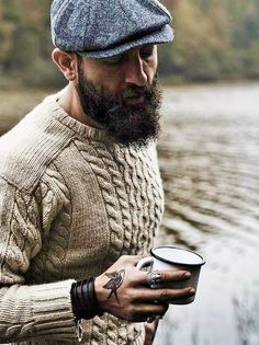 Fall fashion…texture goodness with a beige cableknit sweater gray herringbone flatcap wrap coffee cup and ring. Fall fashion…texture goodness with a beige cableknit sweater gray herringbone flatcap wrap coffee cup and ring. Style Masculin, Mens Fashion Sweaters, Fashion Shirts, Mens Sweater Outfits, Fashion Clothes, Look Man, Rugged Style, Herren Outfit, Gentleman Style