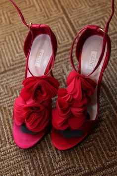 Loved these red shoes.       http://www.a-dreamwedding.com/